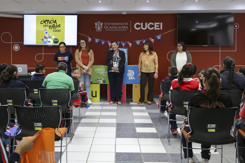 Rectora del Centro Universitario de Ciencias Exactas e Ingenierías (CUCEI), inaugurando el programa Ciencia para Niños, que impulsa la Coordinación de Extensión del mismo plantel
