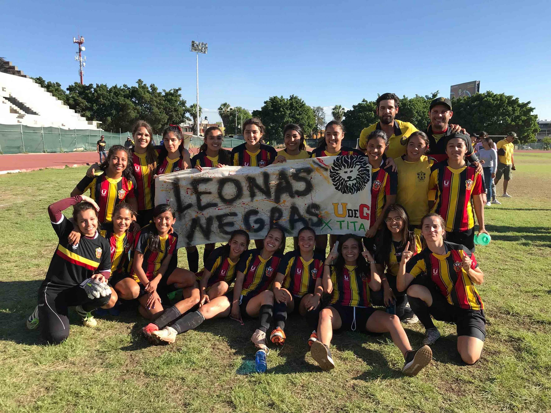 Equipo de futbol femenil de la Universidad de Guadalajara, posando para fotografía grupal