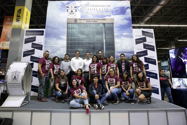 Autoridades representantes de la Universidad de Guadalajara y miembros del comité organizador de Jalisco Talent Land 2019, posando para fotografía grupal