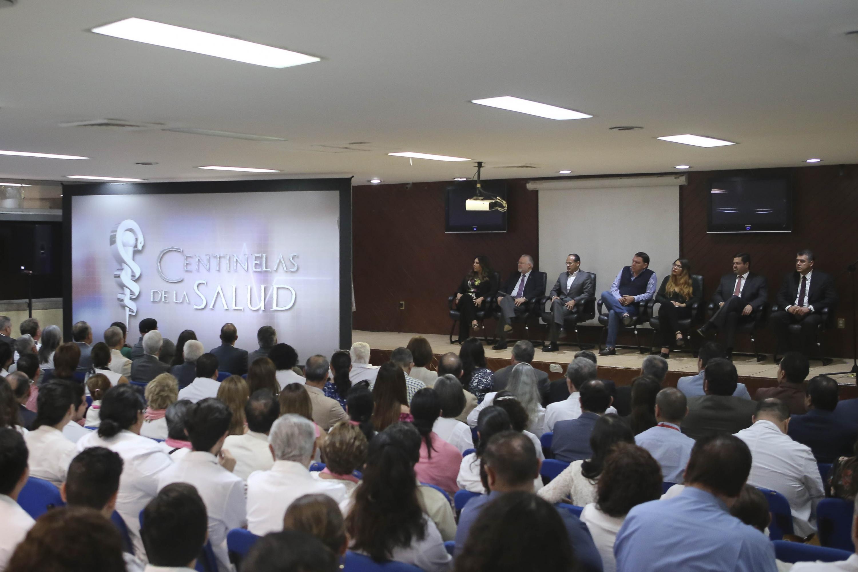"""Autoridades del Hospital Civil de Guadalajara y de la Universidad de Guadalajara, presentando la serie """"Centinelas de la salud"""""""