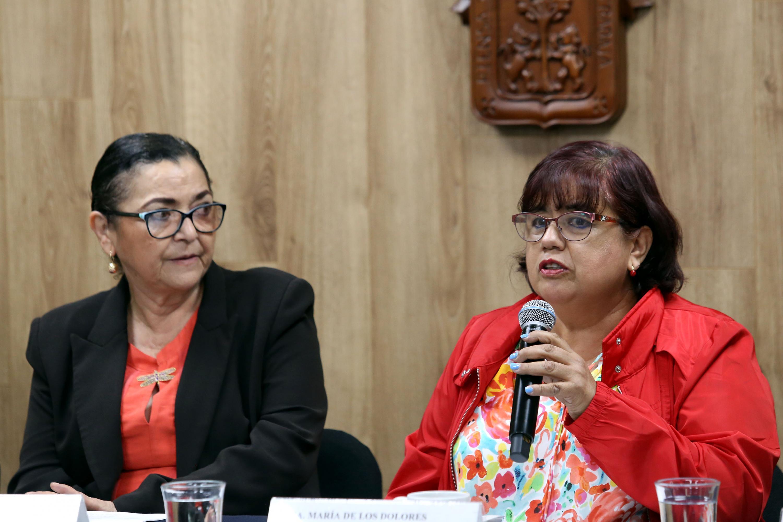 Directora del Laboratorio de Psicología y Educación Especial del Centro Universitario de Ciencias de la Salud (CUCS), doctora María de los Dolores Valadez Sierra, con micrófono en mano