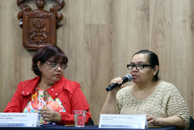Especialista en trastorno Autista del Laboratorio de Psicología y Educación Especial del CUCS, maestra Esperanza Navarro Martínez, participando en rueda de prensa