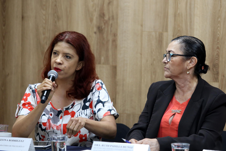 Investigadora del Laboratorio de Psicología y Educación Especial del CUCS, maestra Celia Josefina Rodríguez Cervantes, haciendo uso de la voz
