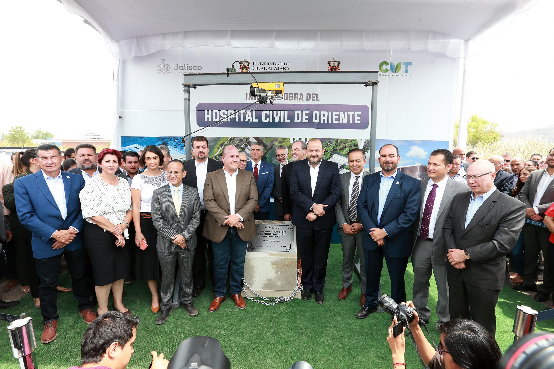 Autoridades de la Universidad de Guadalajara y del gobierno estatal, colocando la primera piedra de lo que será el Hospital Civil de Oriente, la tercera unidad de los OPD Hospital Civil de Guadalajara