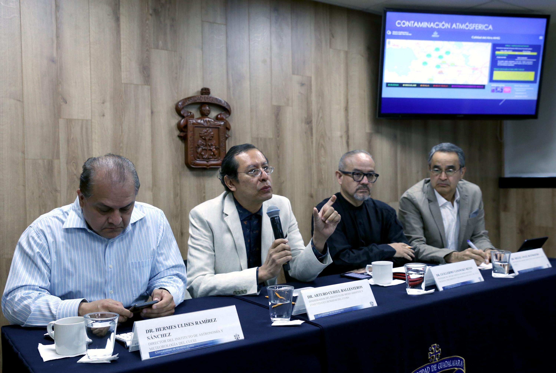 Académicos e investigadores de la Universidad de Guadalajara, impartiendo rueda de prensa por la exposición a las altas temperaturas que se registran en el Área Metropolitana de Guadalajara (AMG)