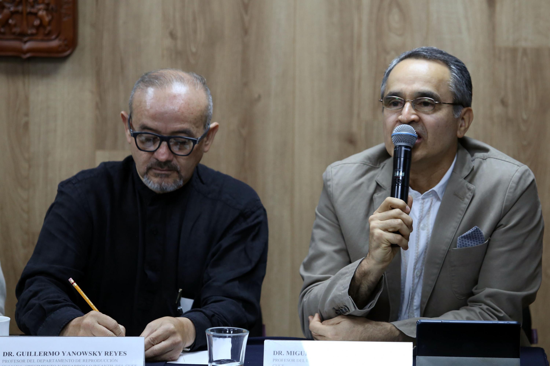 Profesor del Departamento de Clínicas Médicas, del Centro Universitario de Ciencias de la Salud (CUCS), doctor Miguel Ángel Buenrostro, participando en rueda de prensa