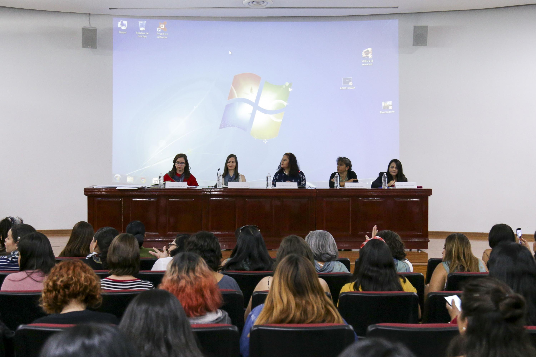 """Investigadoras de la Universidad de Guadalajara y activistas reconocidas, participando en mesa de diálogo """"Argumentativa Pro-aborto y Pro-vida"""""""