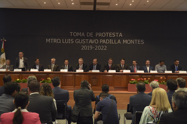 Autoridades de la Universidad de Guadalajara y miembros del presídium, participando en la ceremonia