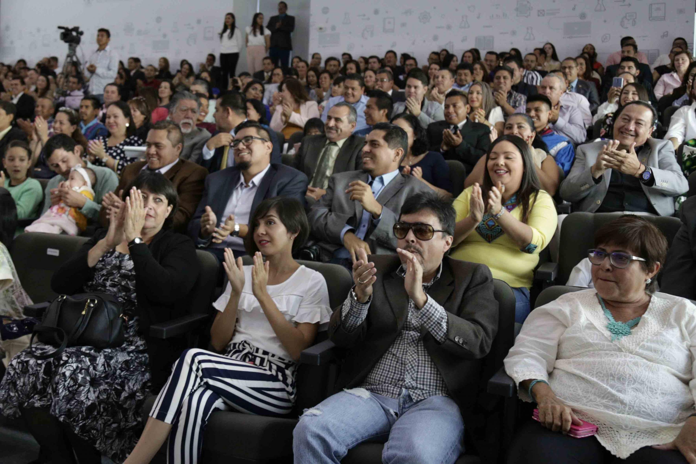 Público asistente, prestando atención a la ceremonia de toma de posesión