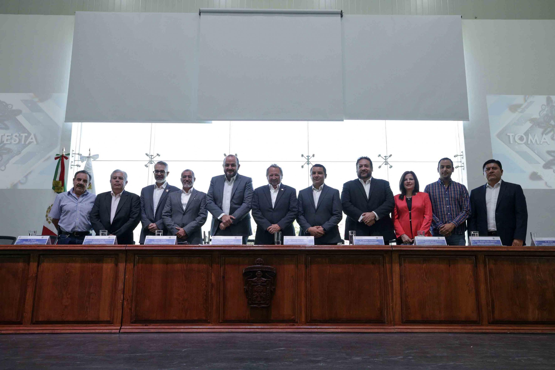 Autoridades universitarias y miembros del presídium, participando en la ceremonia