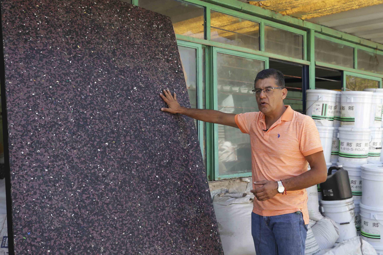 Ingeniero Ramón Martín Espinosa Solís, egresado del Centro Universitario de Ciencias Exactas e Ingenierías (CUCEI), mostrando una placa plástica