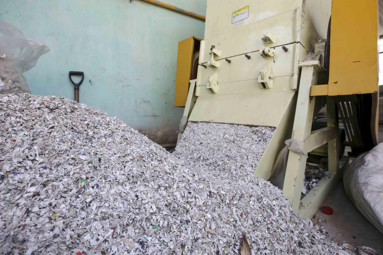 Plástico triturado, resultante del proceso de reciclaje