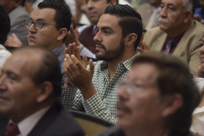 Público asistente, prestando atención a la ceremonia de toma de protesta
