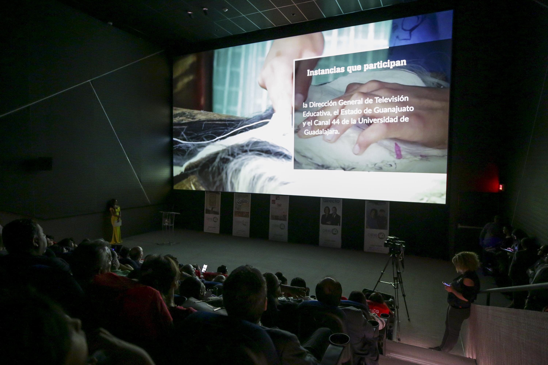 Asistentes a la presentación de la nueva programación del canal 44, de la Universidad de Guadalajara, celebrada en la Sala 2 de la Cineteca FICG
