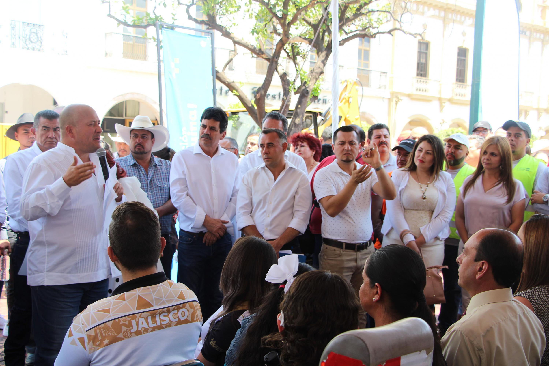 El Gobernador de Jalisco, maestro Enrique Alfaro Ramírez, dialogando frente a un grupo de estudiantes del Centro Universitario de los Altos (CUAltos)