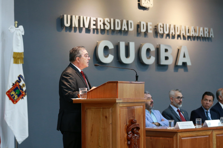 Rector del Centro Universitario de Ciencias Biológicas y Agropecuarias (CUCBA), doctor Carlos Beas Zárate, desde el podio haciendo uso de la voz