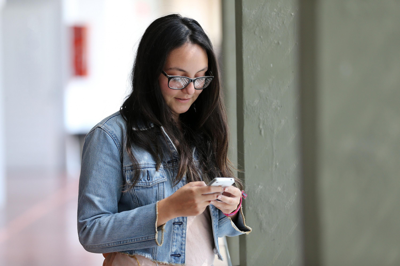 Joven utilizando su teléfono móvil
