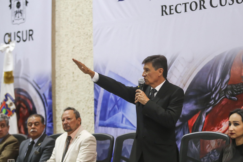 Doctor Jorge Galindo García, rindiendo protesta como Rector del Centro Universitario del Sur (CUSur), para el periodo 2019-2022
