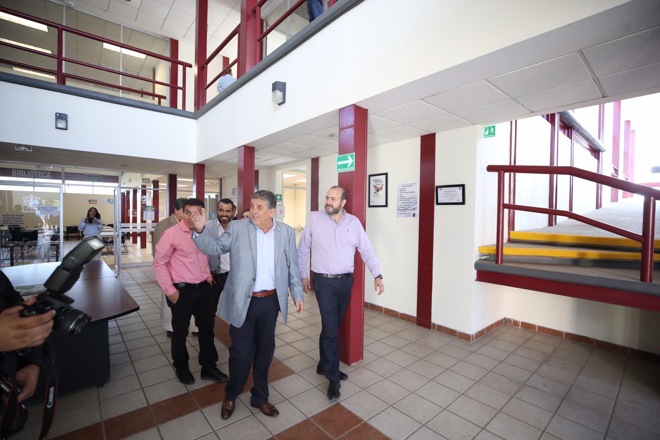 Rector General de la Universidad de Guadalajara, doctor Ricardo Villanueva Lomelí y demás autoridades, visitando la Preparatoria Regional de Autlán