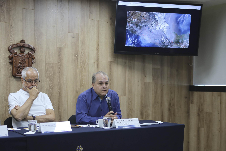 Director del Instituto de Astronomía y Meteorología (IAM), del Centro Universitario de Ciencias Exactas e Ingenierías (CUCEI), doctor Hermes Ulises Ramírez Sánchez, participando en rueda de prensa