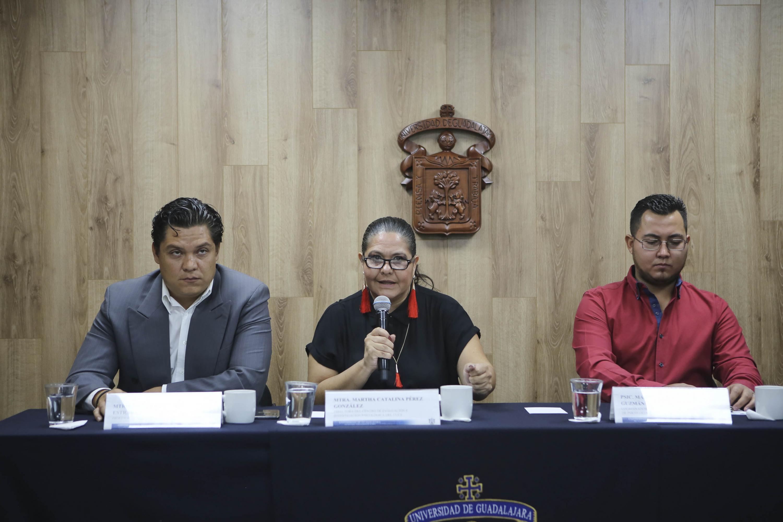 Directora del Centro de Evaluación e Investigación Psicológica, del Centro Universitario de Ciencias de la Salud (CUCS), maestra Martha Catalina Pérez González, participando en rueda de prensa