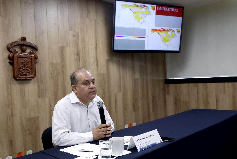 Director del Instituto de Astronomía y Meteorología (IAM), de la Universidad de Guadalajara, doctor Hermes Ulises Ramírez Sánchez, impartiendo rueda de prensa sobre el próximo temporal de lluvias en Jalisco