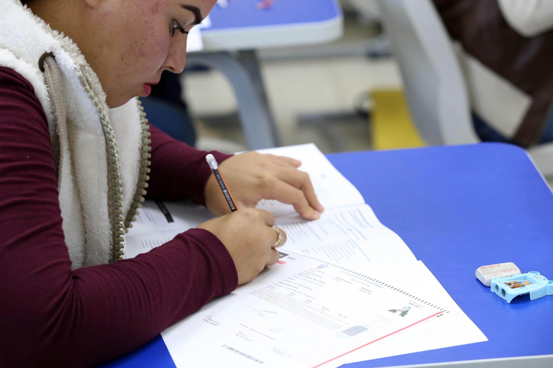 Estudiante de la Universidad de Guadalajara, realizando el examen de admisión