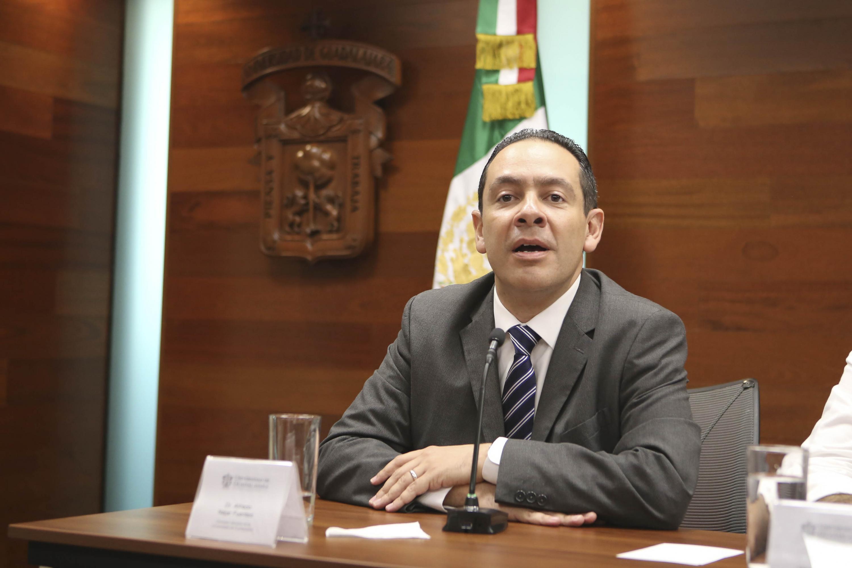 Doctor Alfredo Nájar Fuentes, Contralor General de la Universidad de Guadalajara, participando en la ceremonia