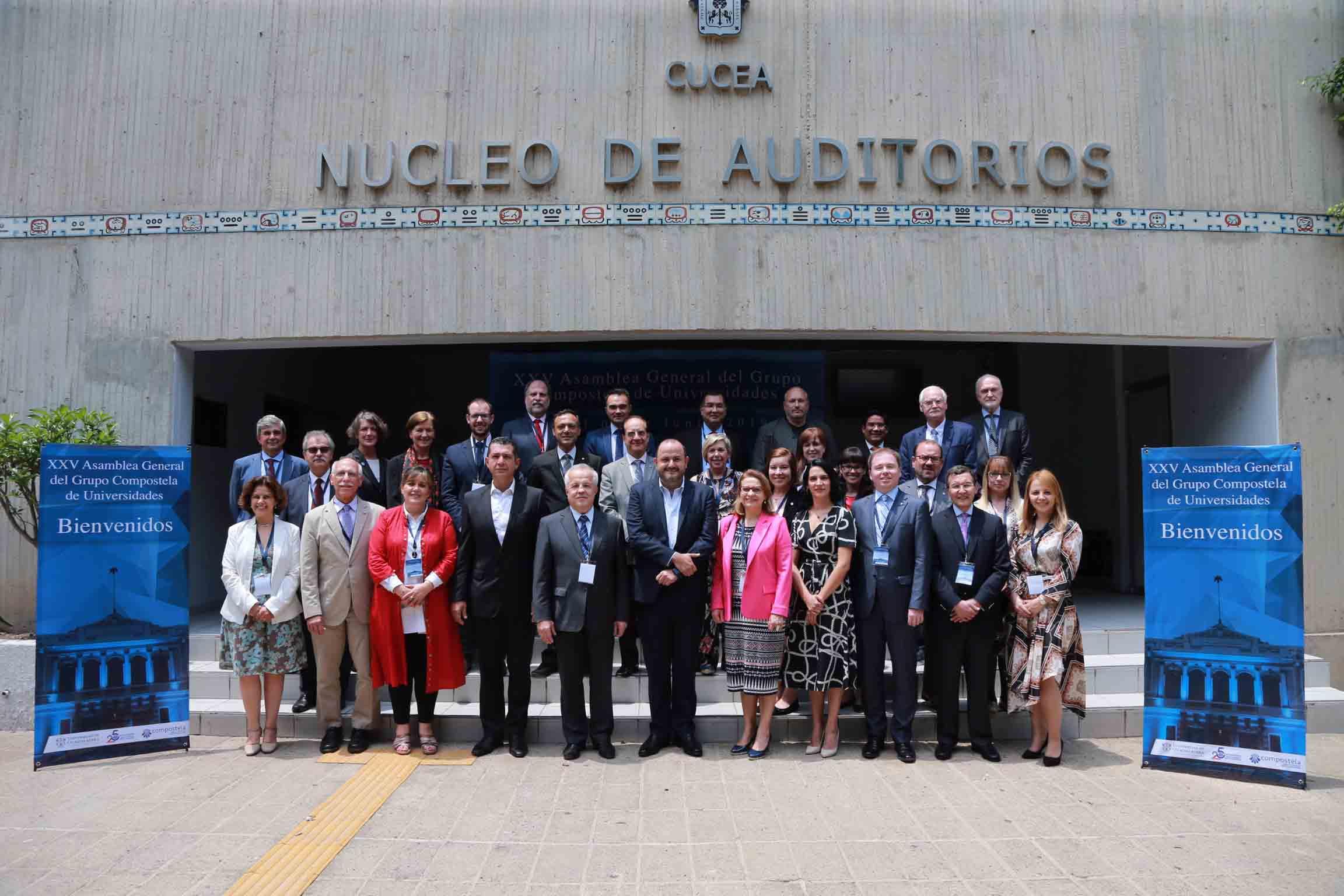 Representantes de instituciones de educación superior, participantes en la veinticincoava Asamblea General del Grupo Compostela de Universidades, posando para toma de fotografía grupal