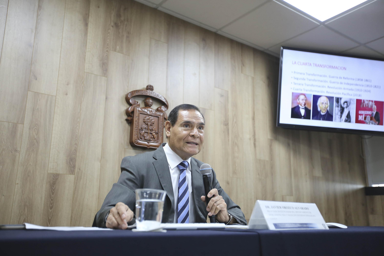 Profesor investigador del Centro Universitario de Ciencias Económico Administrativas (CUCEA), maestro Javier Orozco Alvarado, impartiendo rueda de prensa