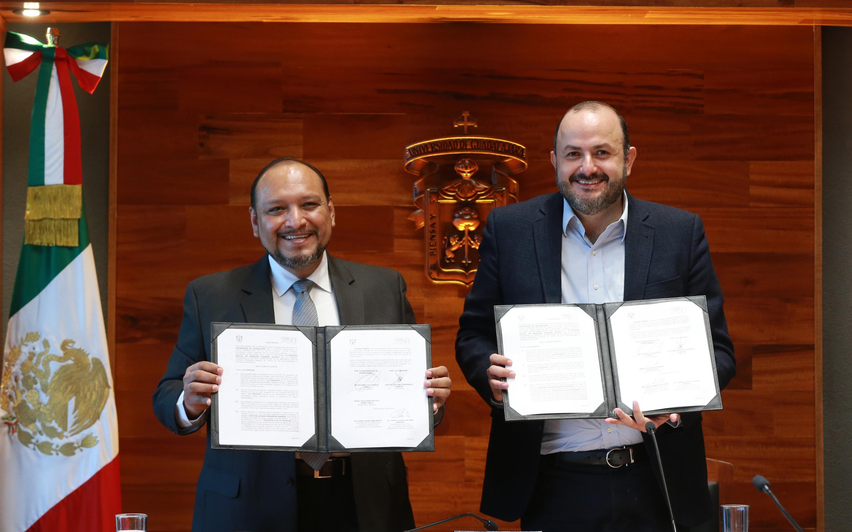 El Presidente de la CEDHJ, doctor Alfonso Hernández Barrón, El Rector General, doctor Ricardo Villanueva Lomelí con el convenio firmado