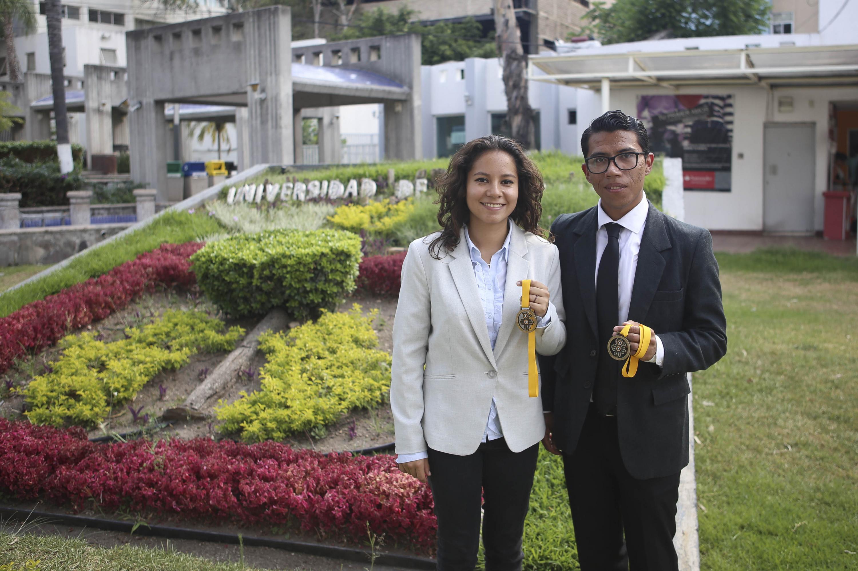 Los estudiantes de Nutrición del CUCS, Ricardo Figueroa Martínez y Zyanya Escobar Millán