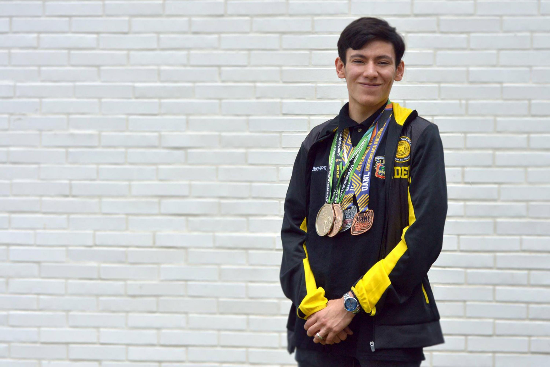 El esgrimista de la selección nacional mexicana y estudiante de la licenciatura en Tecnologías e Información de UDGVirtual Josué Morales Lizárraga