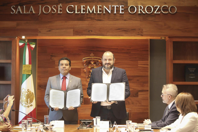 El Rector General de la UdeG, doctor Ricardo Villanueva Lomelí, El Rector de la Universidad Autónoma Benito Juárez de Oaxaca, doctor Eduardo Carlos Bautista Ramírez con el acuerdo firmado