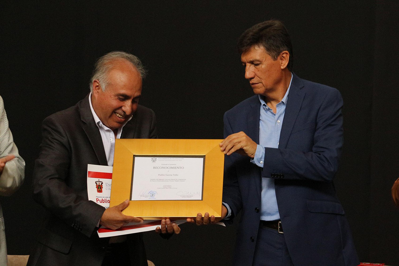 """El Rector del Centro Universitario del Sur (CUSur), doctor Jorge Galindo García, hizo entrega del reconocimiento a Publio García Tello, ganador de la II Bienal de Composición de Nuevos Sones Jaliscienses """"Premio Rubén Fuentes"""""""