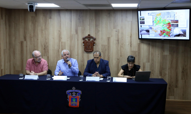Investigadores universitarios en rueda de prensa para informar sobre los resultados de un estudio de campo y conocer las causas de lo ocurrido en San Gabriel, Jalisco