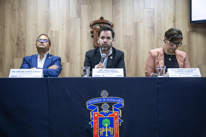 El Rector del Centro Universitario de los Lagos (CULagos), doctor Aristarco Regalado Pineda, Directora de la División de Estudios de la Cultura Regional del CULagos, doctora Rebeca Vanesa García Corzo, el eurodiputado César Luena López