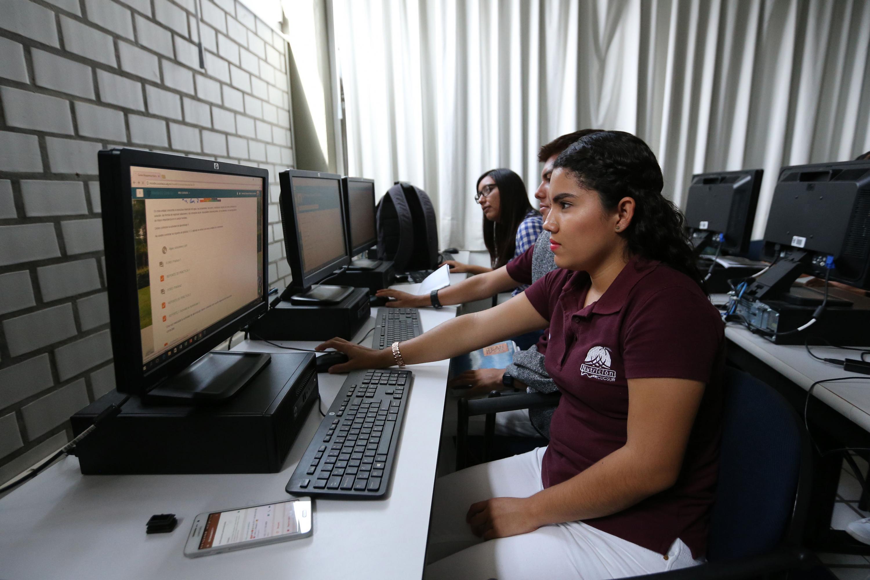 Estudiante de la Licenciatura en Nutrición del Centro Universitario de la Costa Sur (CUCSur), en laboratorio de computo