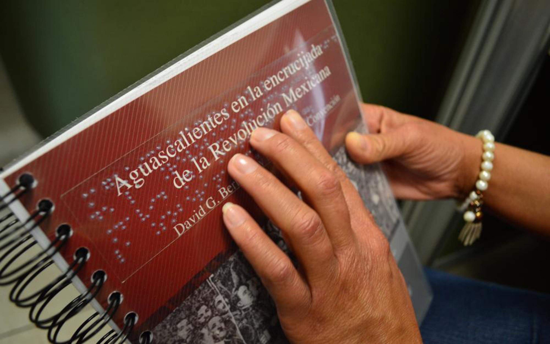 Persona leyendo Braille