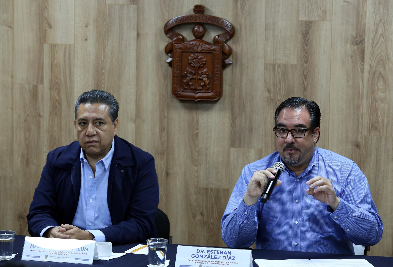 El doctor González Díaz y el doctor Ezequiel Magallón Gastélum, Director del Instituto Regional de Investigación en Salud Pública del CUCS