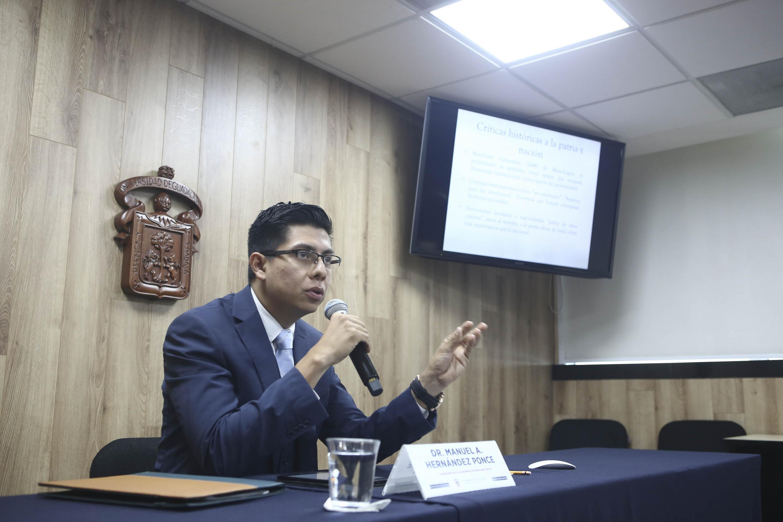 El Coordinador de la Licenciatura en Historia, del Centro Universitario de Ciencias Sociales y Humanidades (CUCSH), de la Universidad de Guadalajara (UdeG), doctor Manuel Alejandro Hernández Ponce, en rueda de prensa