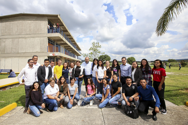 Autoridades universitarias con estudiantes de preparatoria regional de Los Altos de Jalisco