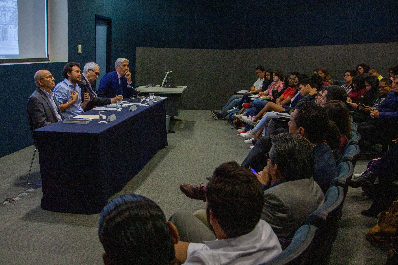 El doctor Édgar Alejandro Ruvalcaba Gómez, profesor de la maestría en Gobierno Electrónico, durante la presentación de su libro Gobierno abierto