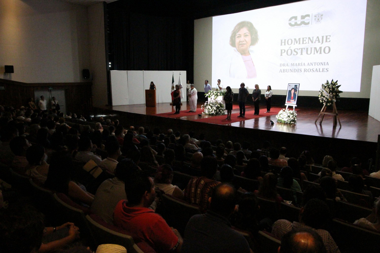 Autoridades universitarias en homenaje póstumo a la doctora María Antonia Abundis Rosales, catedrática de este centro regional de la Universidad de Guadalajara (UdeG), en el auditorio Doctor Juan Luis Cifuentes Lemus