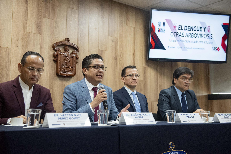 Académicos y el Comité Especial para el Abordaje Multidisciplinario del Dengue Centro Universitario de Ciencias de la Salud (CUCS), de la Universidad de Guadalajara (UdeG), en rueda de presa