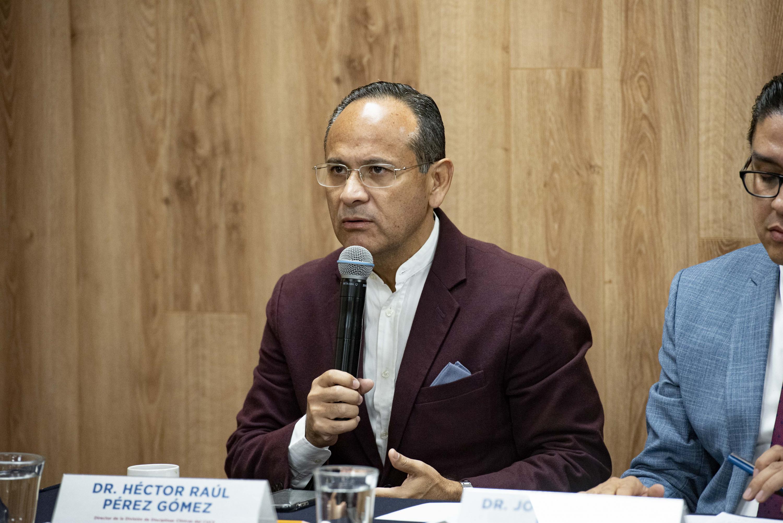 El Director de la División de Disciplinas Clínicas del CUCS, doctor Héctor Raúl Pérez Gómez, en uso de la palabra