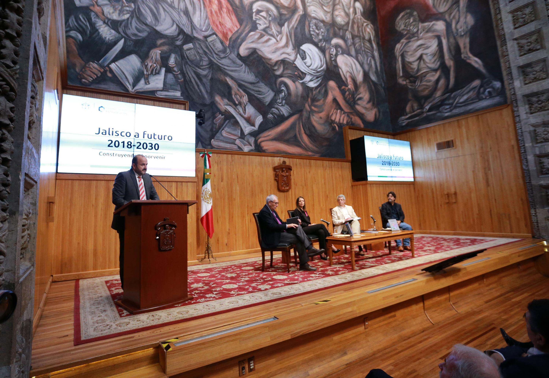 El Rector General de la UdeG, doctor Ricardo Villanueva Lomeli, en uso de la palabra, en el Paraninfo Enrique Diaz de León, el Centro de Estudios Estratégicos para el Desarrollo (CEED)