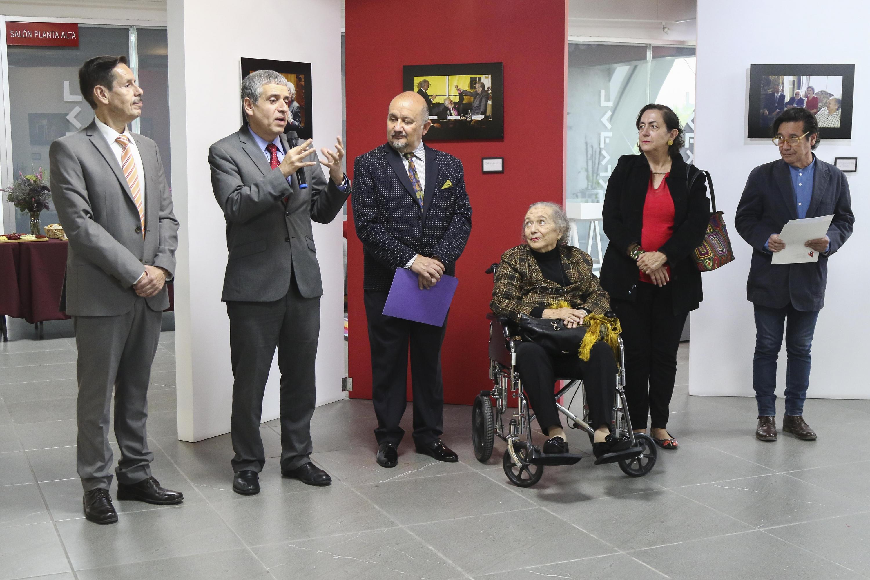 Autoridades universitarias, así como invitados especiales en la Inauguración de la exposición sobre Fernando del Paso en librería Carlos Fuentes