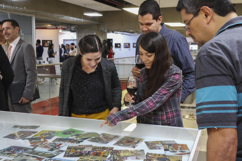 Asistentes a la exposición sobre Fernando del Paso en librería Carlos Fuentes