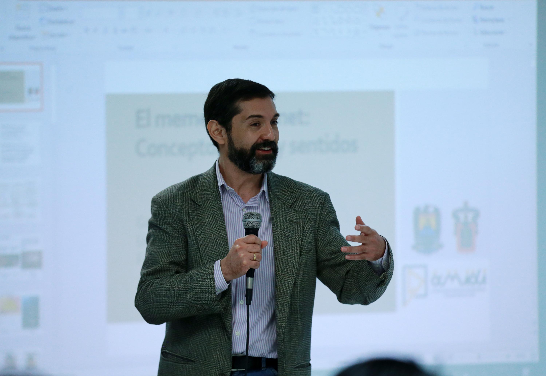 El miembro de la Asociación Mexicana de Investigadores y doctor en Ciencias Políticas y Sociales por la UNAM, doctor Gabriel Pérez Salazar, en uso de la palabra